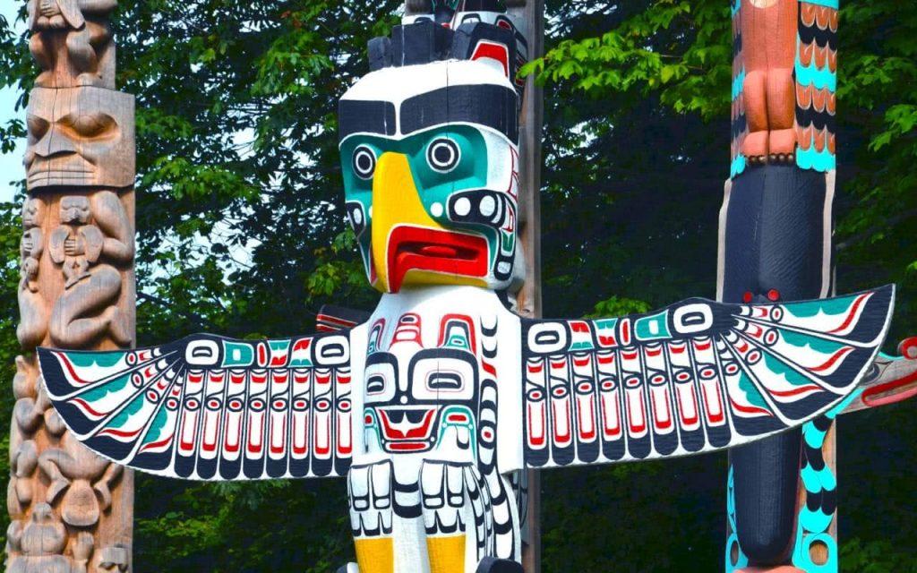 un animal totem amerindien à plume rouge et vert
